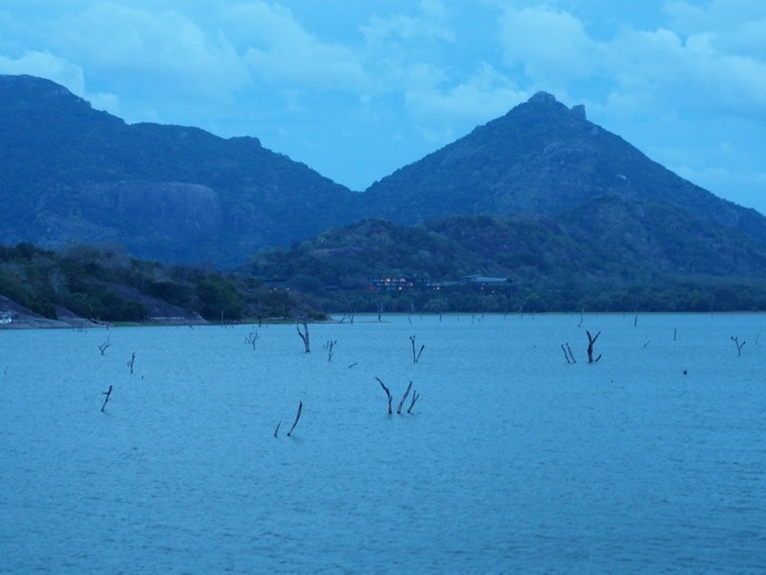 ヘリタンス・カンダラマ付近の湖