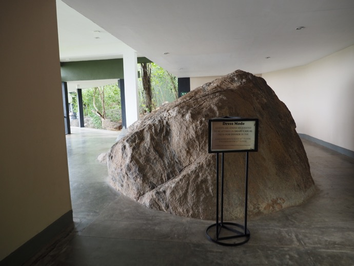 廊下に鎮座する岩