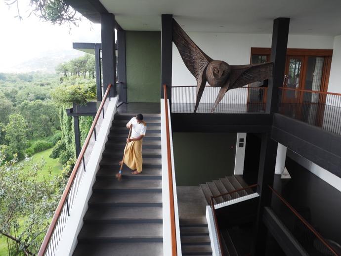 階段を清掃中の男性