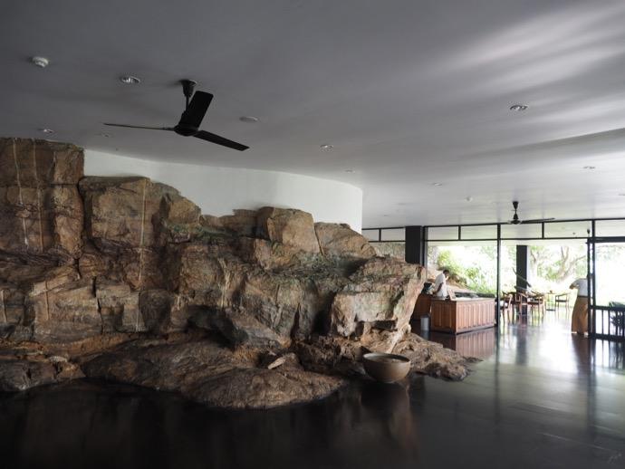 岩と共存する受付ロビー