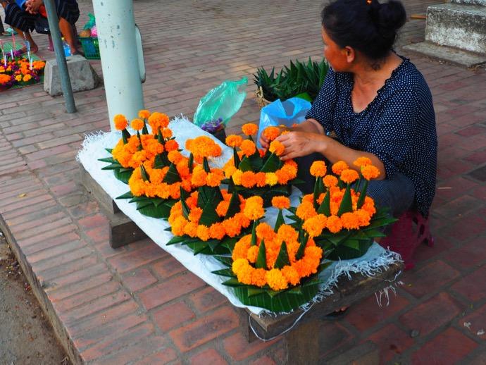 路肩で灯篭を売る女性
