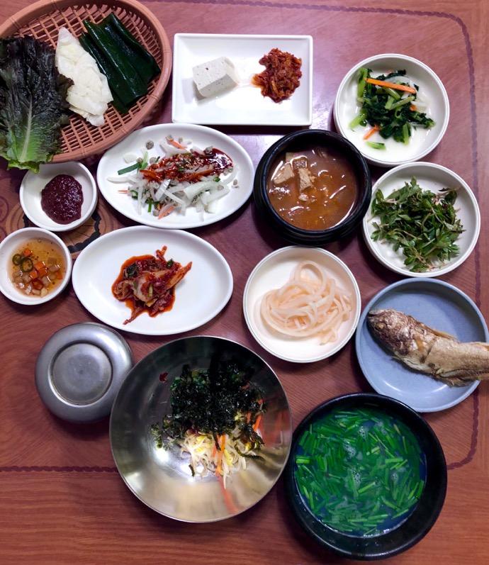 小皿が並ぶしじみスープ定食