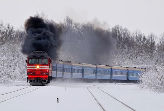 雪の中を煙を吐きながら走るシベリア鉄道