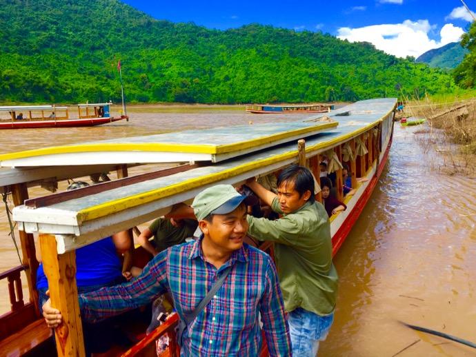メコン川をクルーズするロングボート
