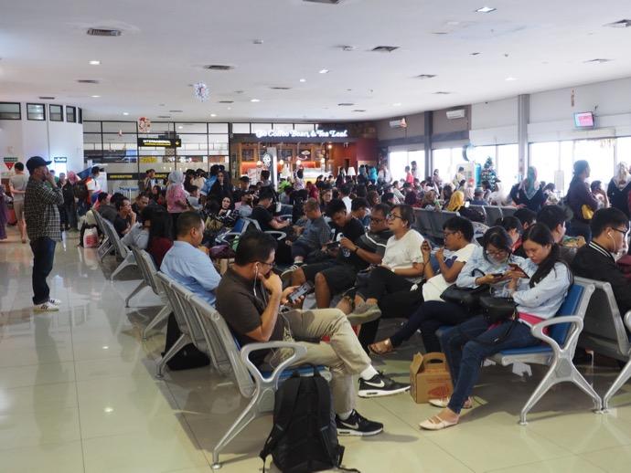 乗継便を待機中の乗客