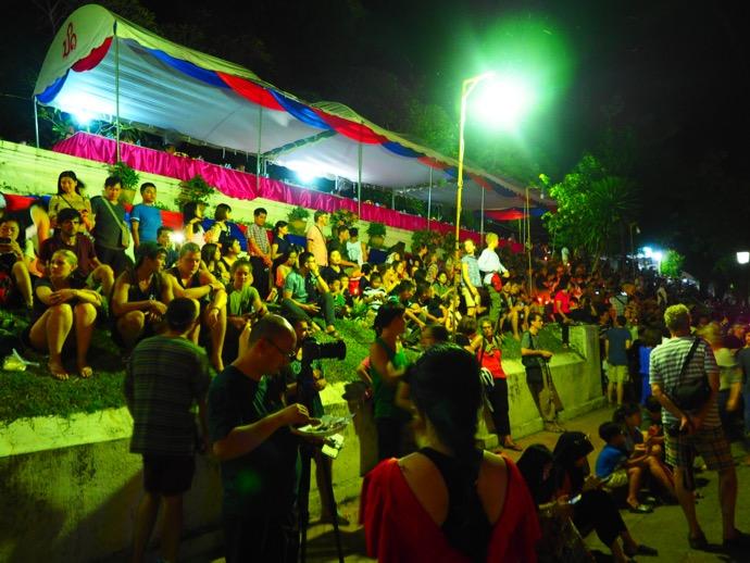 パレードを座って待つ人々