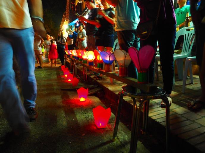 道の脇にある灯篭たち