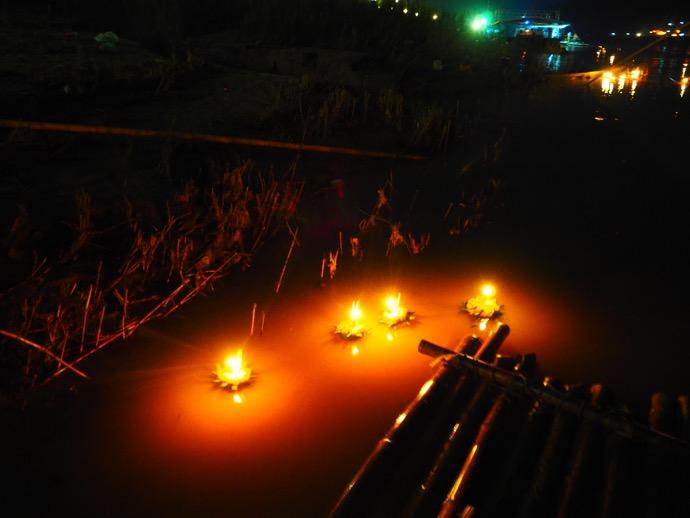 メコン川をたゆたう灯篭