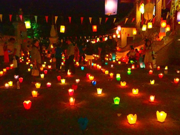 オークパンサーの夜に灯篭で飾られた境内