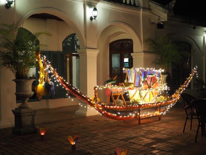 ホテルの前の船