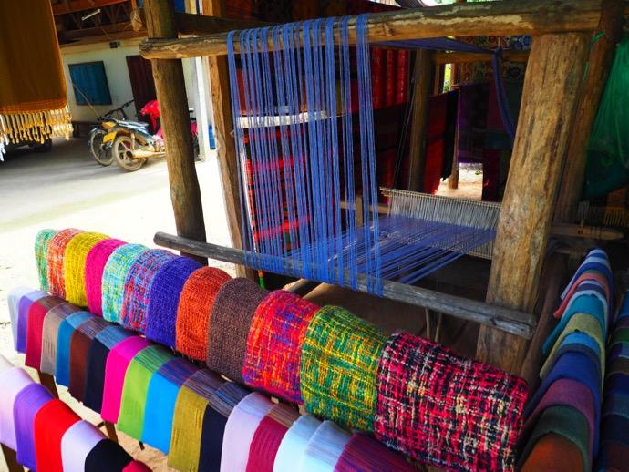 カラフルな布を編む機織り機