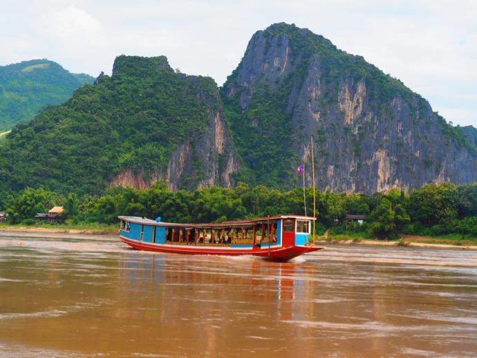 メコン川に漂うスローボート