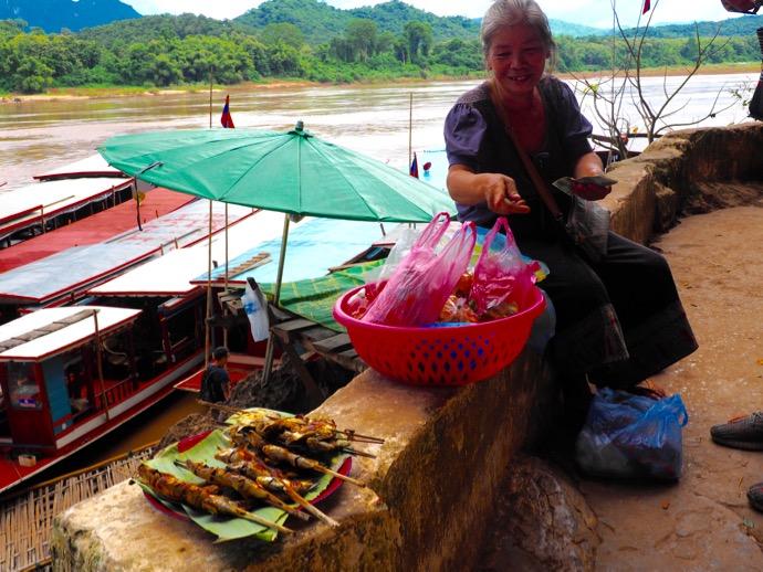 パクウー洞窟のまえで魚を売る女性