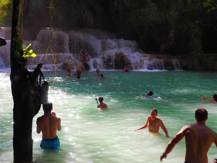 タート・クワンシーの滝で水遊びに興じる人々