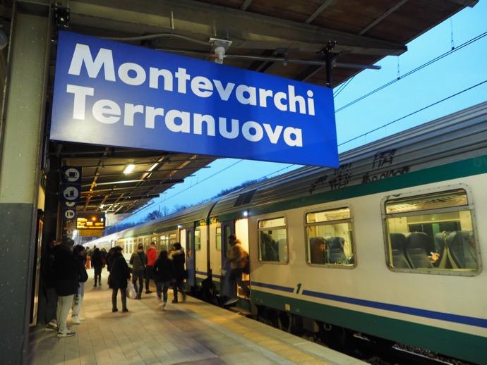 トレニタリア モンテヴァルキ駅到着