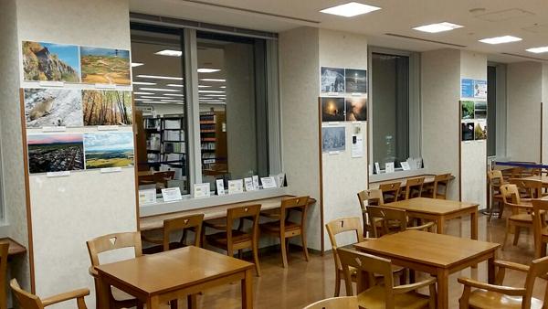 殺伐とした日本の書店併設カフェ