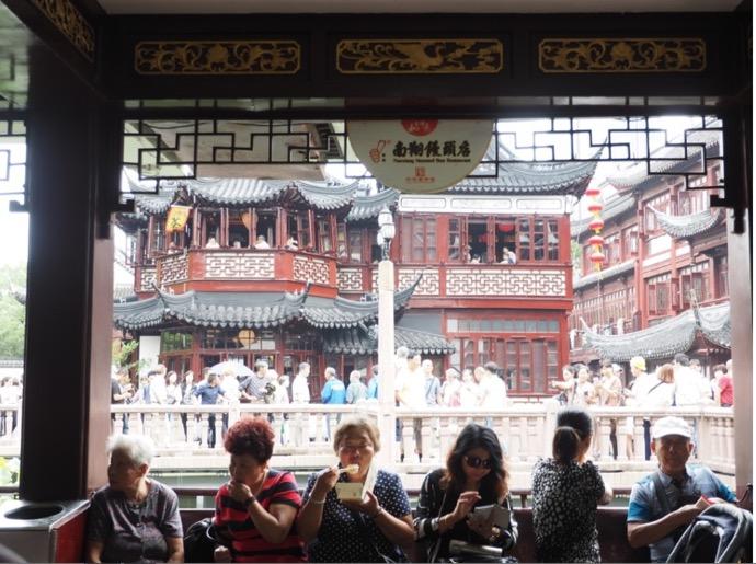 上海 豫園 南翔饅頭店の小籠包を食べる人々