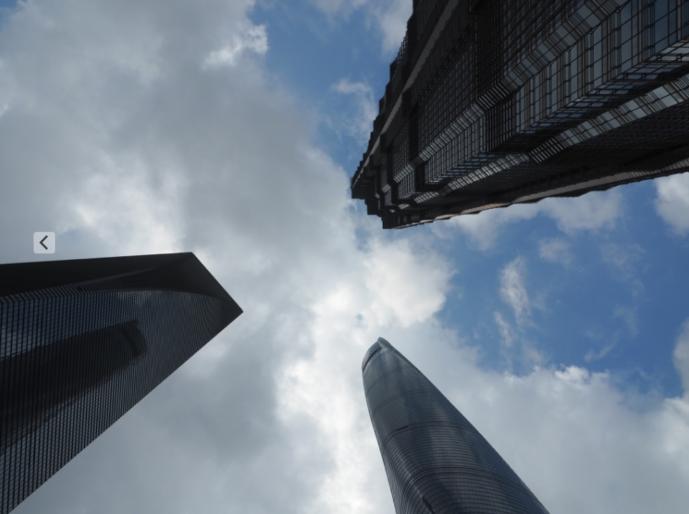 上海 浦東新区の高層ビル群、3つのビルをしたから撮影