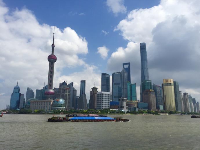 上海 外灘より浦東新区の高層ビルを眺める、快晴の日