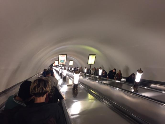 モスクワ地下鉄の地下ホームへのエスカレーター
