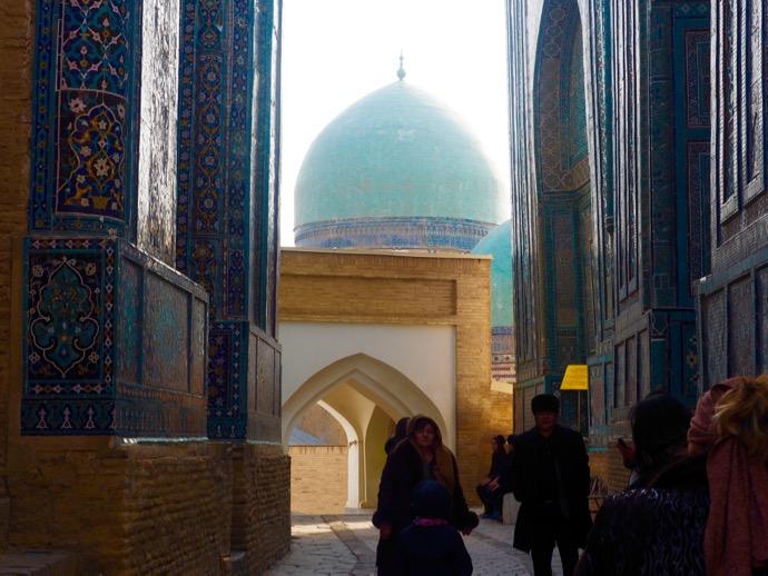 シャ-ヒズィンダ廟群の通りを歩く女性