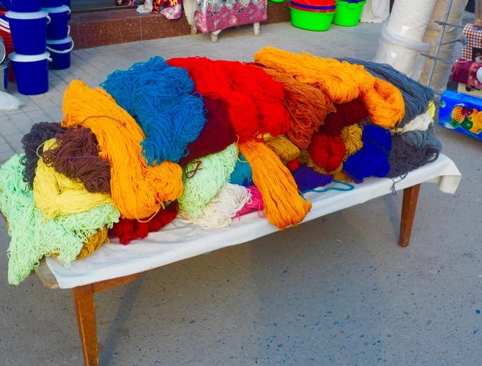 バザールで並べられた毛糸
