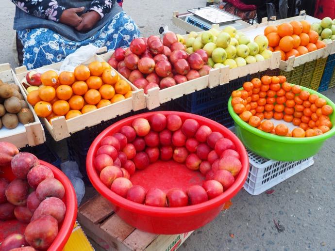 独特な陳列方法で販売されるフルーツ