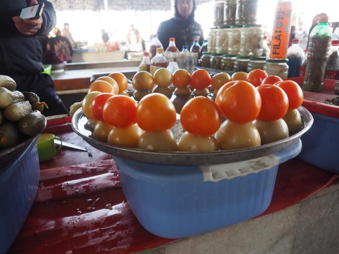 同心円状に並べられたトマト