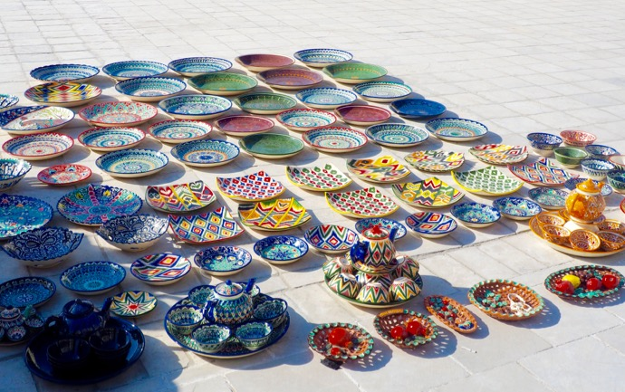路上で販売されるカラフルな陶器