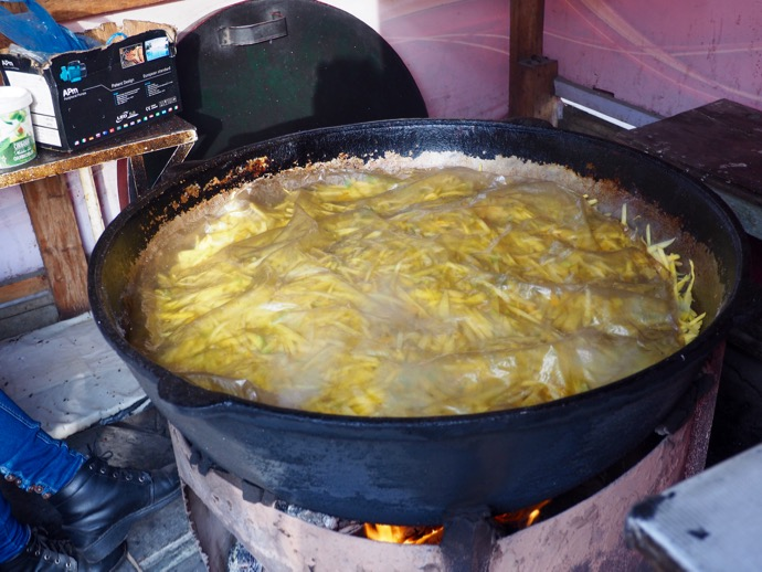 大きい鍋で炊かれるプロフ