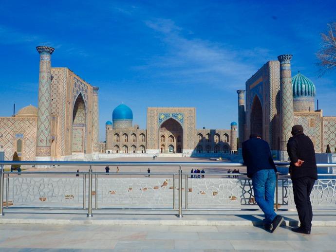 レギスタン広場を眺めてたたずむ男性