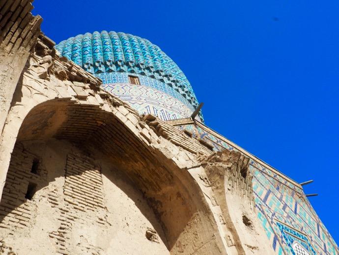 グル・アミール廟の崩壊しかけの外壁