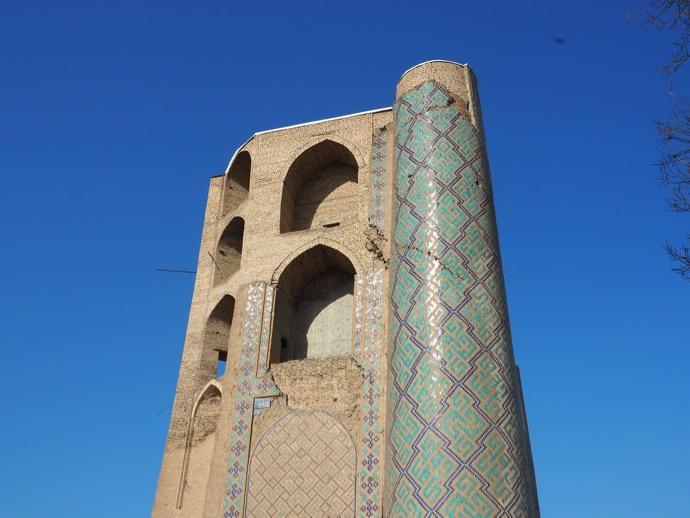 ビビハニム・モスクの崩れている塔