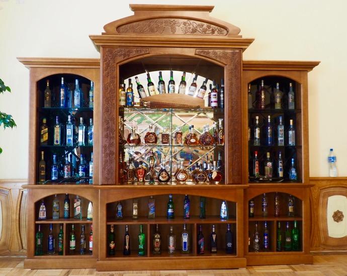 ワインが並ぶ食器棚