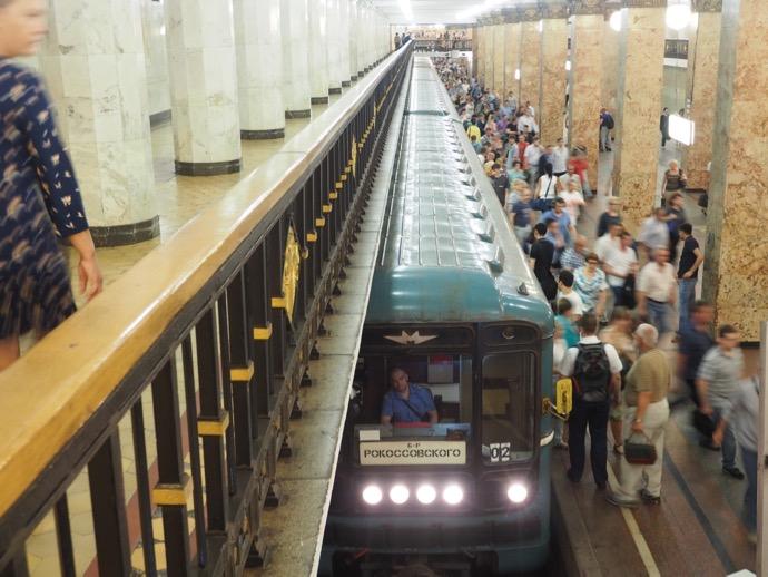 コムソモーリスカヤ駅の混雑したホーム