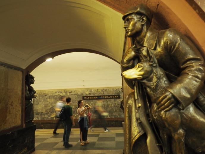 犬と銃を抱えた青年の銅像