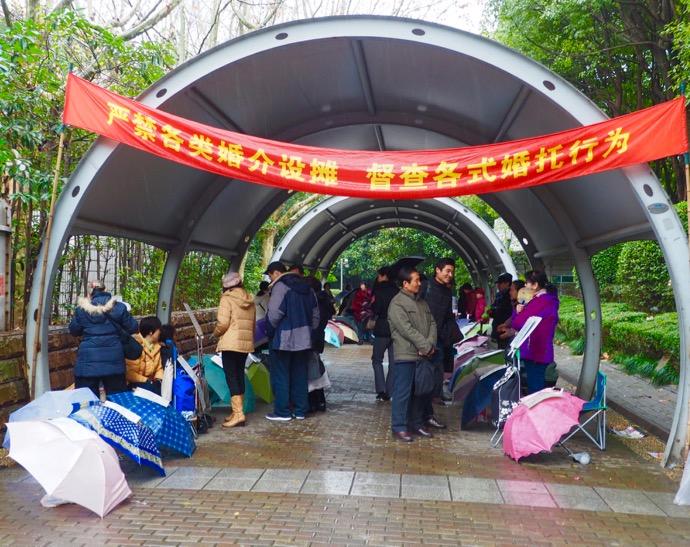 上海 人民広場で婚活は親だらけ