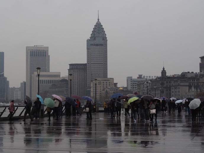 上海 外灘 雨のなかの観光客