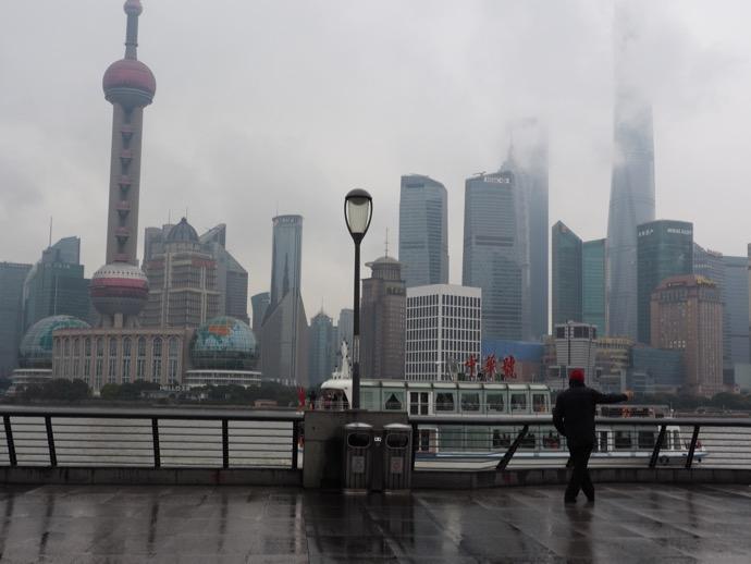 上海 外灘より浦東新区の高層ビルを眺める、雨の日