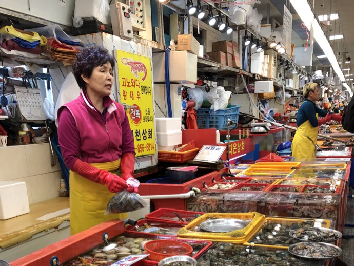 チャガルチ市場で働くアジュンマ