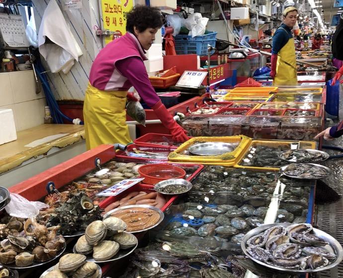 チャガルチ市場1階の魚屋