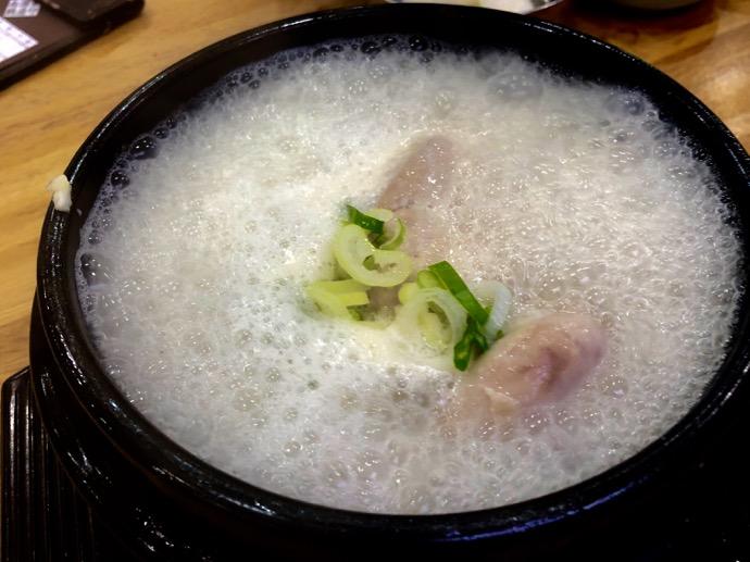 ぐつぐつ煮える参鶏湯