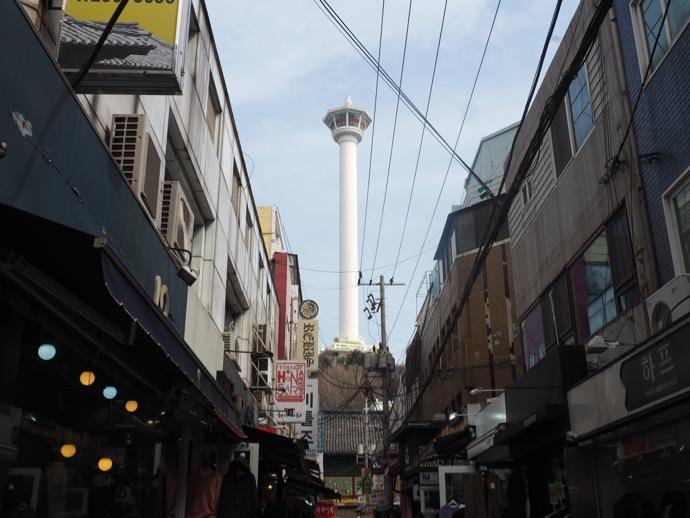 路地裏から見える釜山タワー