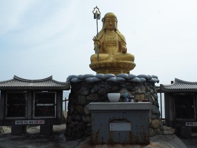 金ピカに輝く釈迦像