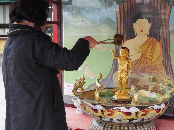 金ピカの釈迦像