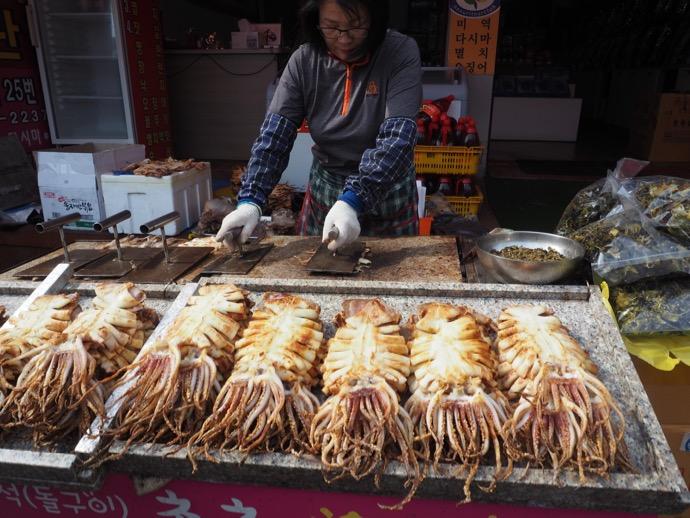 海東竜宮寺の屋台で売られているイカ