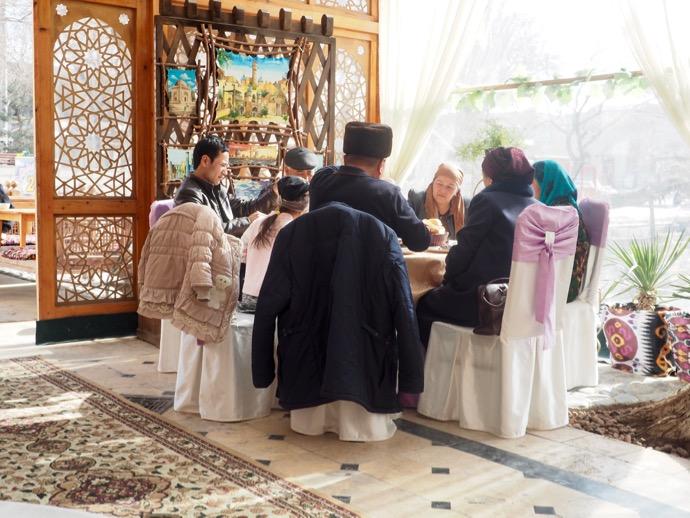 ラビハウズ・ブハラで食事を楽しむ一族