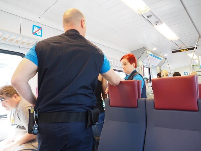 列車内で、検閲に遭遇!