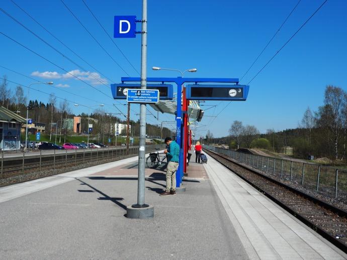 隣駅で折り返しの列車を待つ