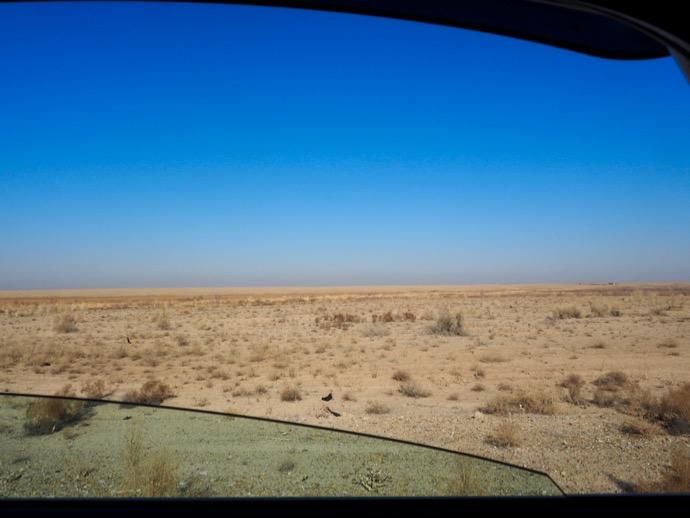 ブハラへ行くシェアタクシーからの砂漠
